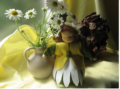 Vilt popje margriet op de seizoentafel