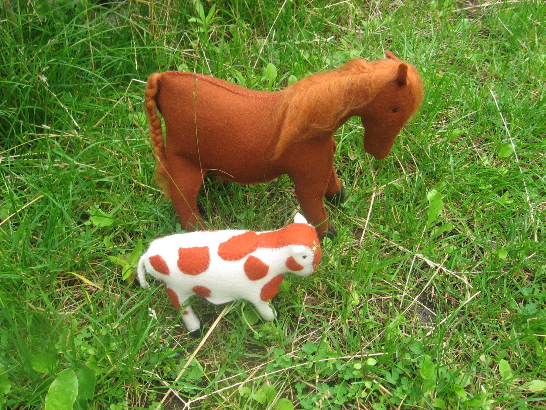 Paard en koe van vilt antroposofisch boerderij Atelier de Vier Jaargetijden