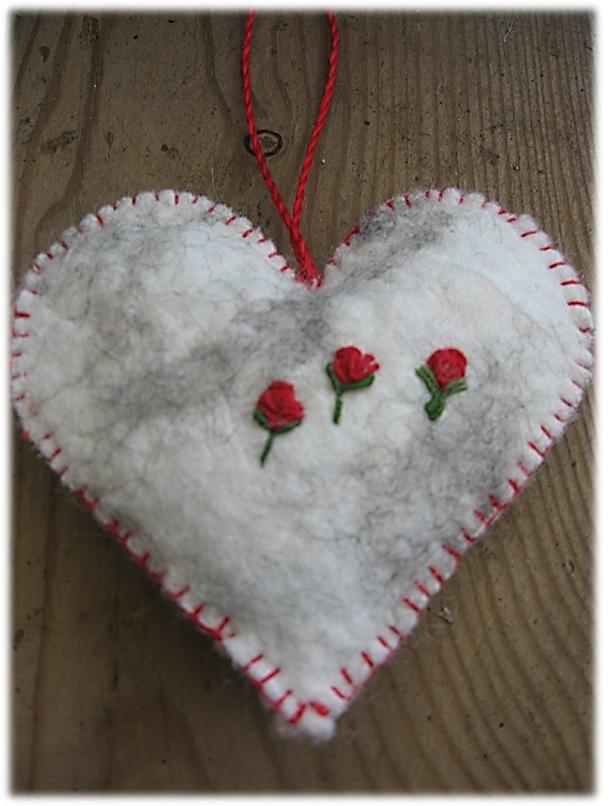 Vilten harten met geborduurde roosjes