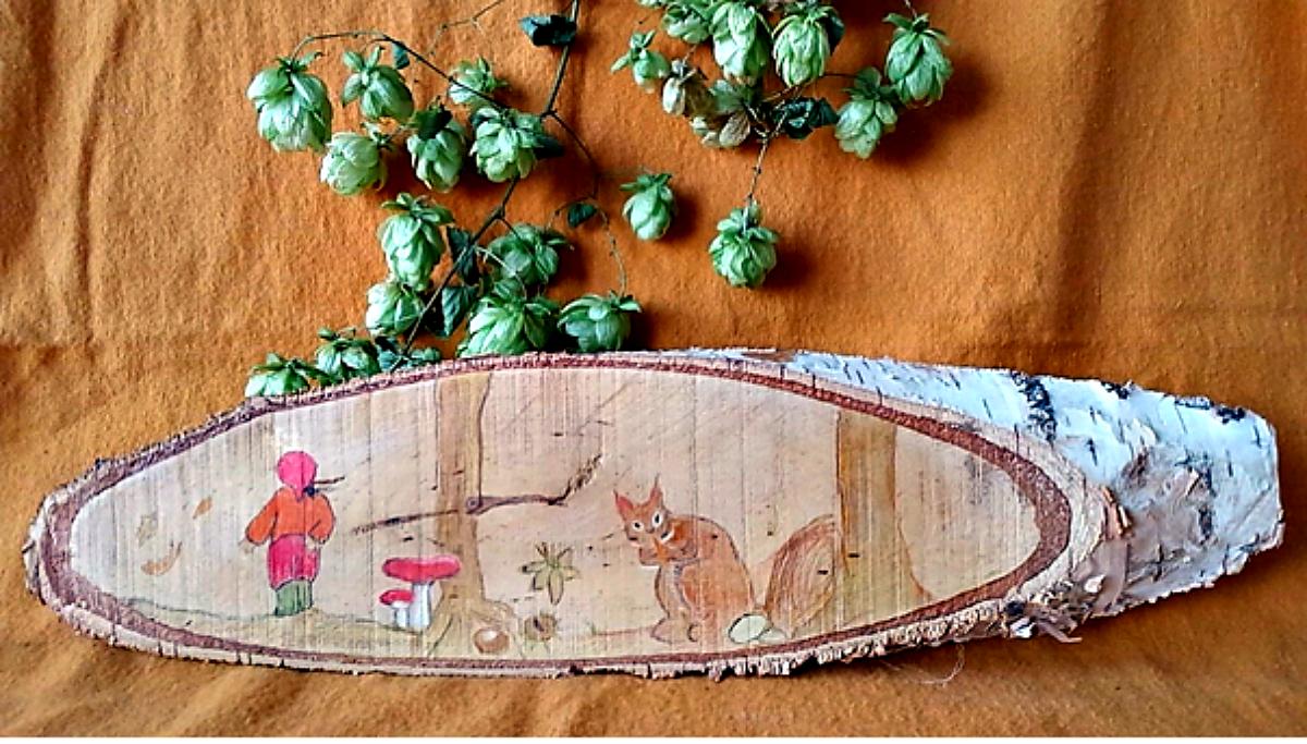 Op de seizoentafel een houten berkenschijf