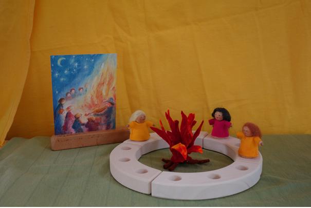 Houten ring met kegelpopjes en een Sint Jansvuurtje