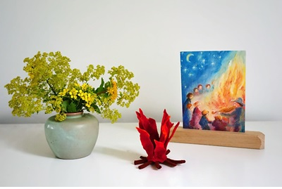 Kaart, bloemen en vuurtje van vilt voor Sint Jan