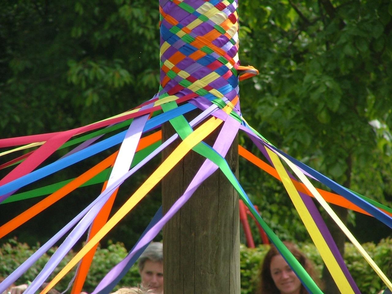 Versierde meiboom voor het pinksterfeest op de vrije school
