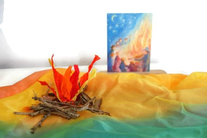 Een vuurtje gemaakt van zijdevloeipapier voor de seizoentafel voor Sint JAN