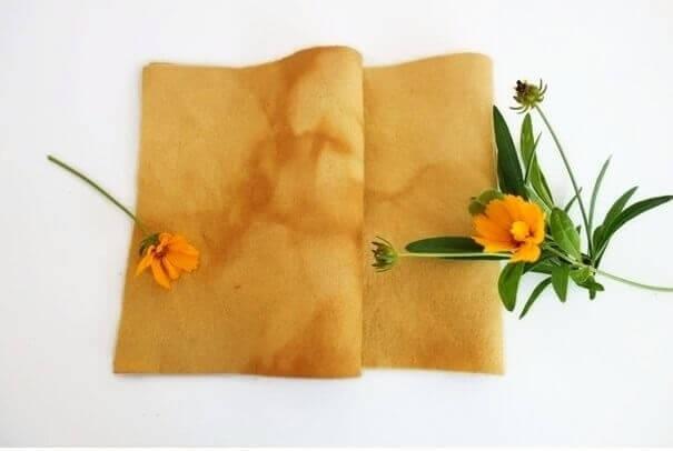 Vilt lapje geverfd met coreopsis