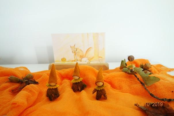 Herfst popje gemaakt van een beukennootje