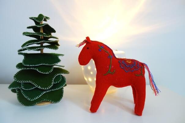 Dennenboom en dala paardje van vilt voor op de kers seizoentafel