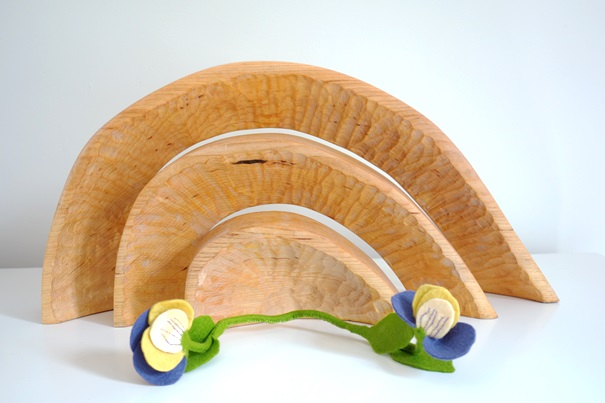 Driekleurige viooltjes op de seizoentafel