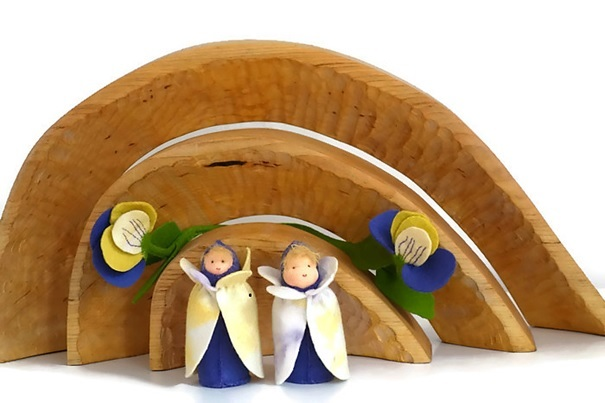 Driekleurige bloemenkinderen op de seizoenstafel