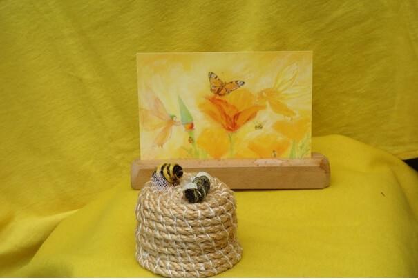 Bijenkorf met bijtjes op de seizoentafel